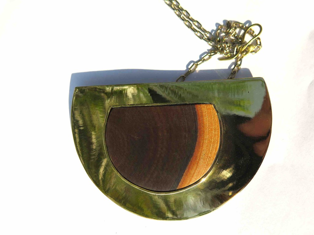 Fragile Jamaica, necklace half moon, lignum vitae and brass, 2015 l