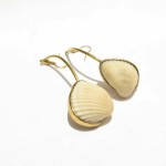 Earrings, 1 shell from Treasure Beach on a curve, brass, 2016 (Collection Fragile Jamaica /Shell)